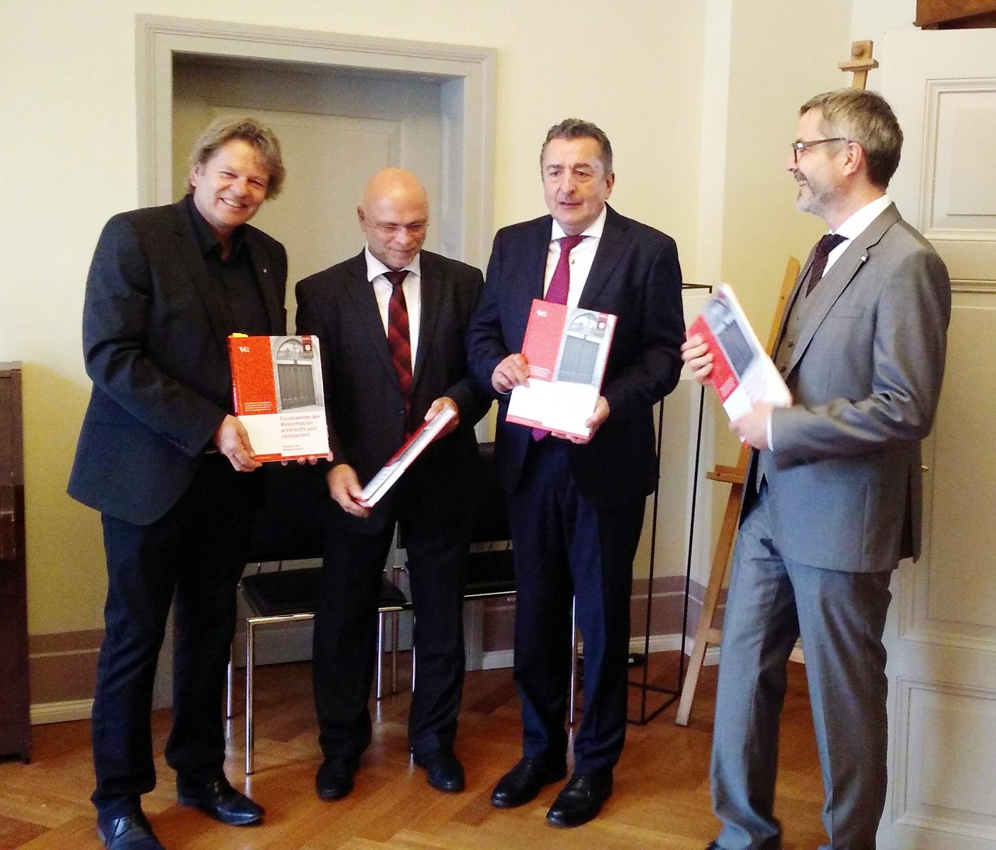 Feierliche Buchübergabe am Tag des Reformationsjubiläums 2017.