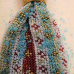 Detail eines Hutes aus Strohgeflecht mit textilem Besatz. 19. Jh.Sammlung Historisches Museum Basel, Foto: Gesa Bernges