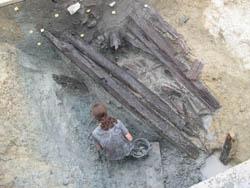 Ausgrabung in Heuneburg, freigelegte hallstattzeitliche Bauhölzer in einem Befestigungsgraben, Foto: Landesamt für Denkmalpflege, Speyer