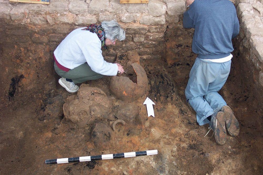Ausgrabung in Speyer 2004, Freilegung von Keramik.  Foto: Landesamt für Denkmalpflege, Speyer