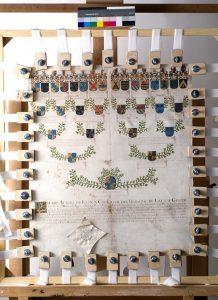 Das Pergament während der Restaurierung. Ein Steckrahmen hilft dabei, Verwerfungen und Falten zu entfernen. Foto: Ricarda Holly