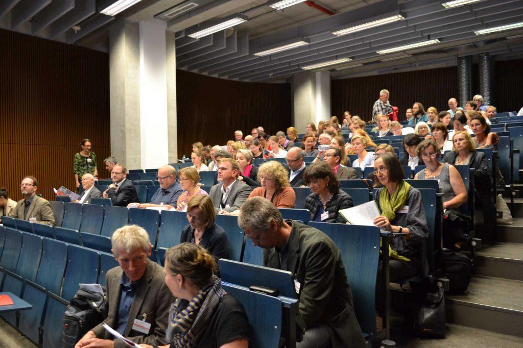 Kurz vor dem Start. Die Teilnehmer nehmen Platz. Im Vordergrund Johanna Thierse (Tagungsorganisation) mit Dr. Frank Schlütter, MPA sowie dahinter einige Referenten des Tages: Prof. Thomas Staemmler, FH Erfurt, Mechthild Most, SPSG.