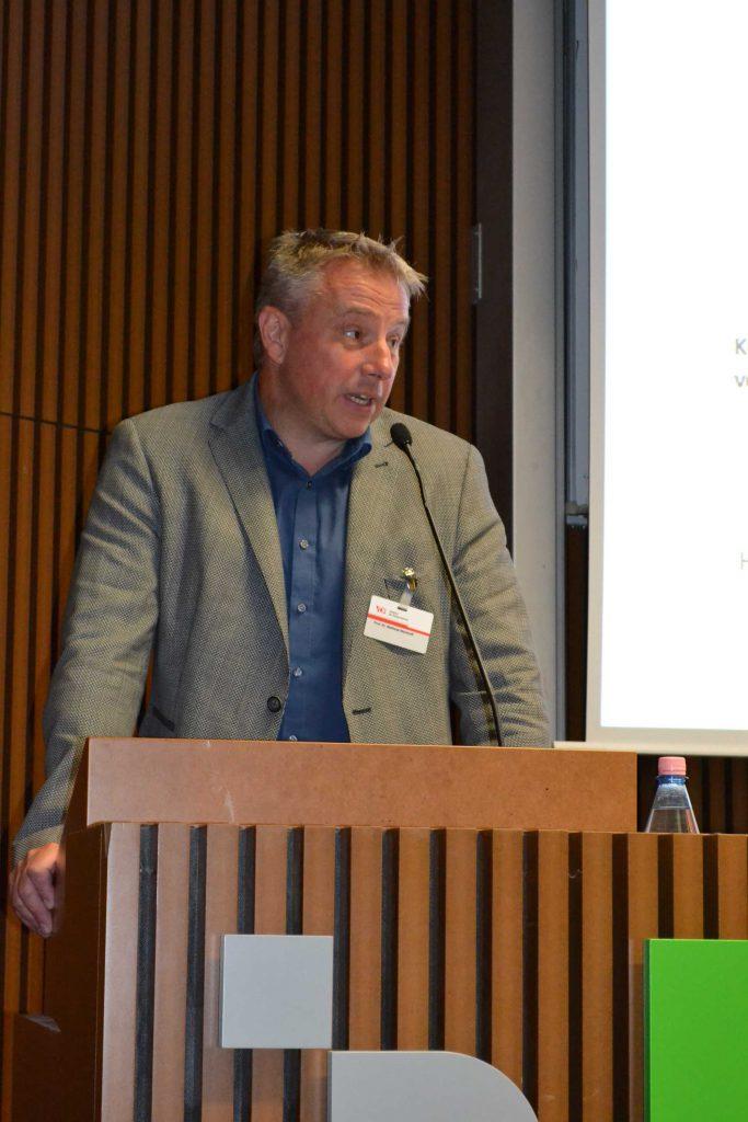 Auch richtet Prof. Dr. Matthias Wemhoff, Museum für Vor- und Frühgeschichte, Grußworte an das Auditorium und blickt hierbei speziell auf die objektbasierte Forschung an den Museen.
