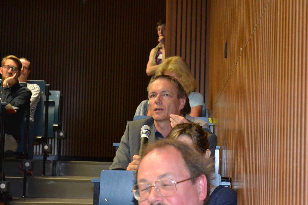 """Dr. Thomas Drachenberg, Brandenburgisches Landesamt für Denkmalpflege und Archäologisches Landesmuseum, beteiligt sich an den Grußworten und der Publikumsdiskussion. Wartung und Pflege sind für ihn die Themen der Zukunft. Er ruft das """"Zeitalter der Konservierung und Restaurierung"""" aus."""