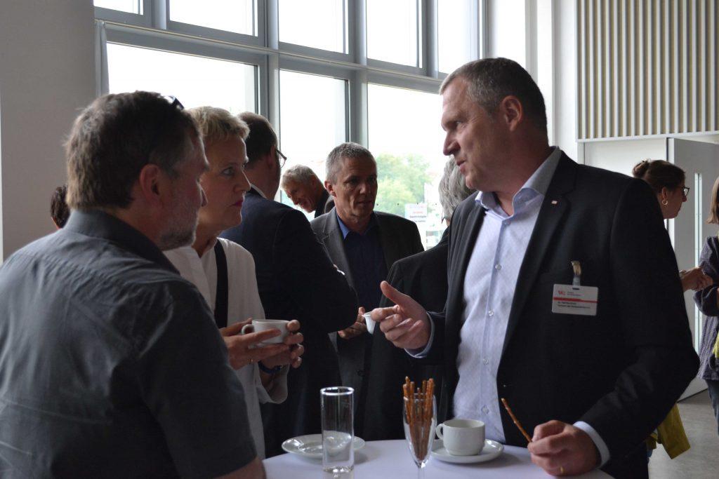 Dr. Ralf Buchholz, VDR-Präsidiumsmitglied, (hier im Gespräch während der Kaffeepause) übernimmt die Begrüßung und Moderation des ersten Vortragsblocks.