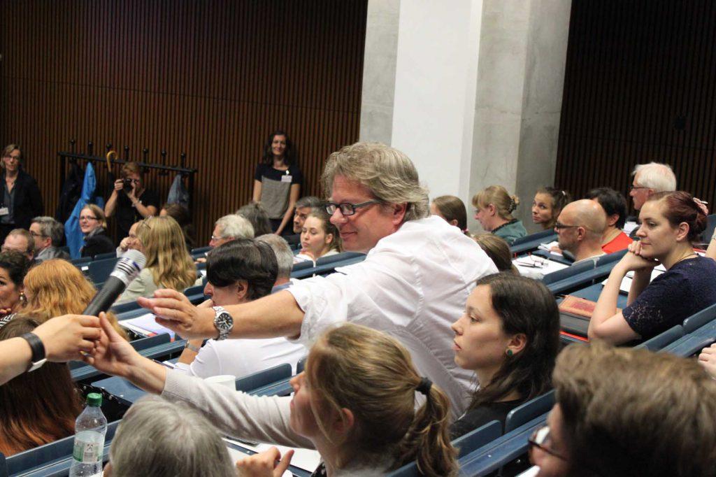 Das Publikum beteiligt sich mit zahlreichen Wortmeldung. Im Bild: VDR-Landesgruppensprecher Robert Hartmann.