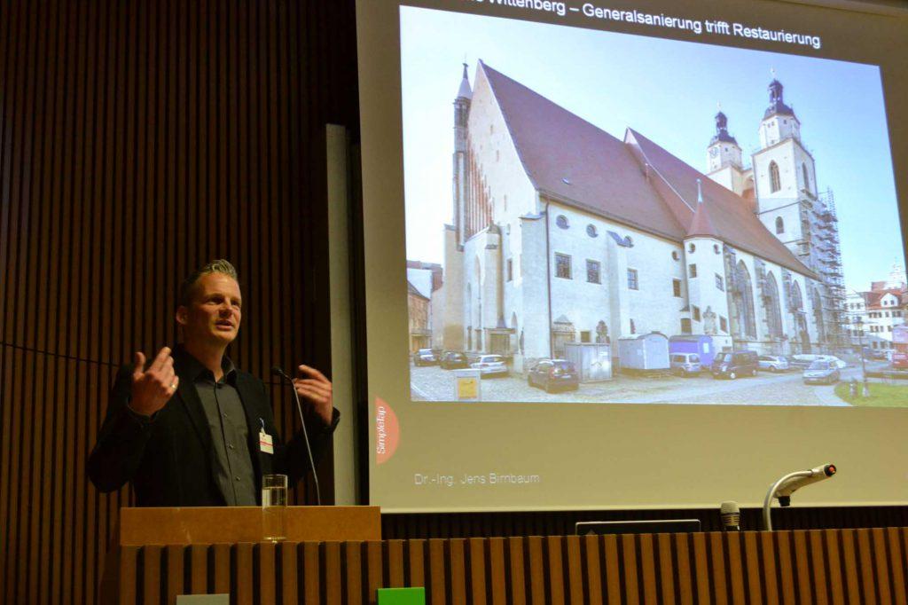Dr. Jens Birnbaum, Architekt, zeigt am Beispiel der Generalsanierung der Stadtkirche Wittenberg, wie die Zusammenarbeit zwischen Architekt und Restaurator partnerschaftlich funktioniert.