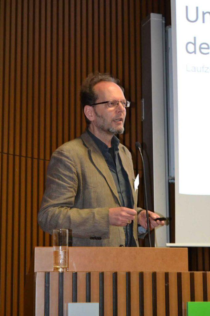 VDR-Vizepräsident Olaf Schwieger präsentiert die Ergebnisse der jüngsten Umfrage des VDR zur Situation der Restauratoren in Deutschland.