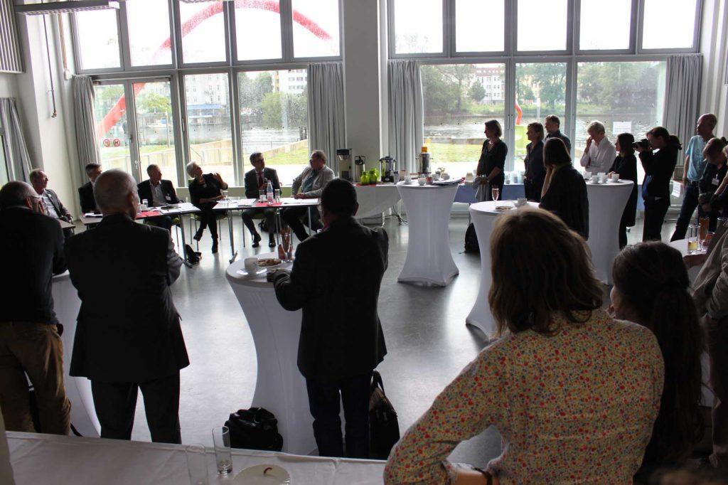 Blick ins Publikum und auf die Bühne. Der Tag, mit seinem dichten Programm, war ein großer Gewinn für den Verband und den Berufsstand. Wir danken allen, die nach Berlin an die HTW gekommen sind und sich eingebracht haben!