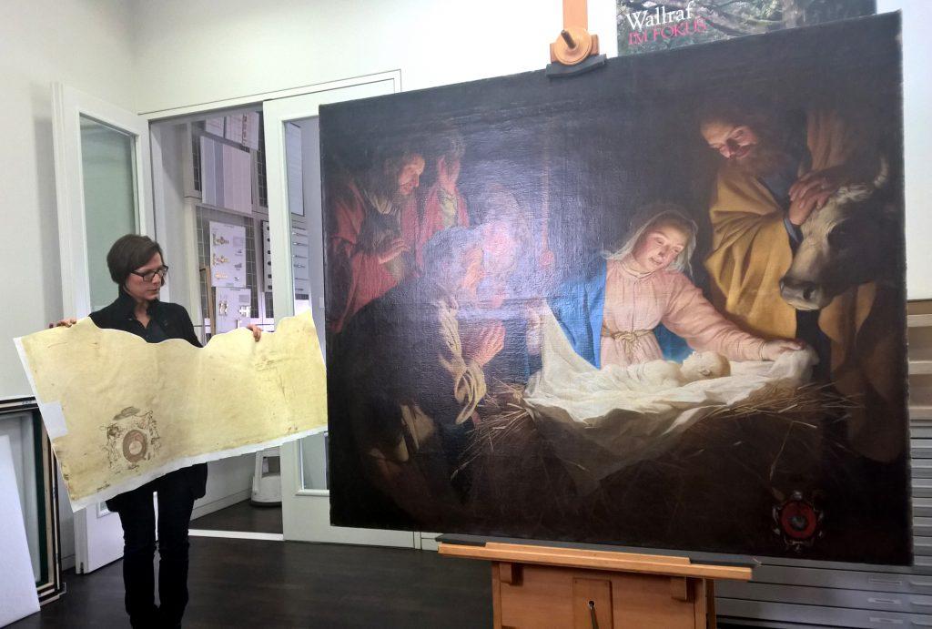 """Iris Schaefer, leitende Restauratorin am Wallraf-Richartz-Museum, erläutert Maßnahmen, die ein externes Restaurierungsatelier in Bonn an der """"Anbetung der Hirten"""" (1622) vorgenommen hat. Foto: Gudrun von Schoenebeck, VDR"""