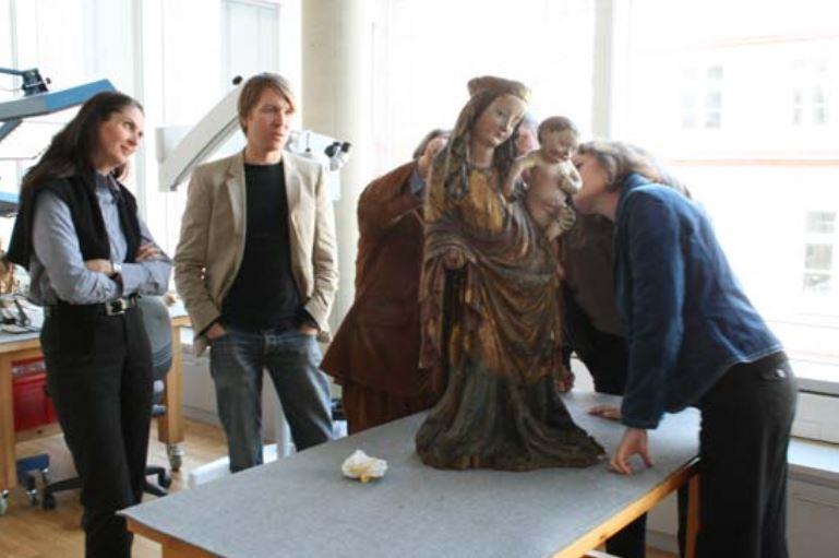 """von links: Ute Knipprath, Marc Peez, Katharina Liebetrau vor der """"Stehenden Madonna mit Kind"""""""