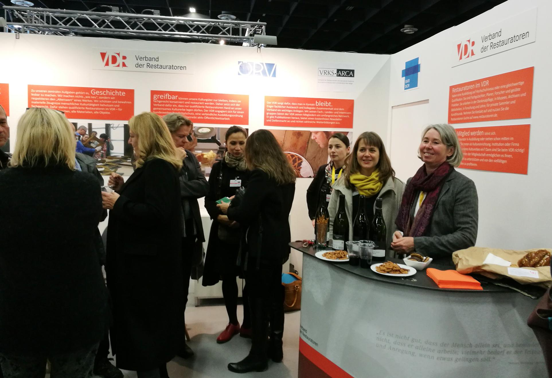 Weinausschank am VDR-Messestand auf Initiative des Südtiroler Restauratorenverbandes. Im Bild: VDR-Schatzmeisterin Susanne Danter und VDR-Geschäftsführerin Katharina Trifterer.