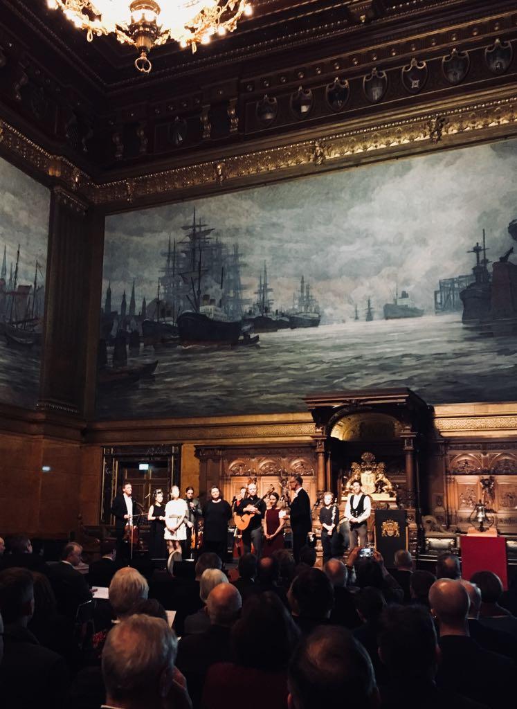 Der feierliche Start ins Kulturerbejahr 2018. Auf dem Foto DNK-Geschäftsführer Uwe Koch mit dem famosen Sharing-Heritage-Ensemble, welches das Hamburger Rathaus rockte.