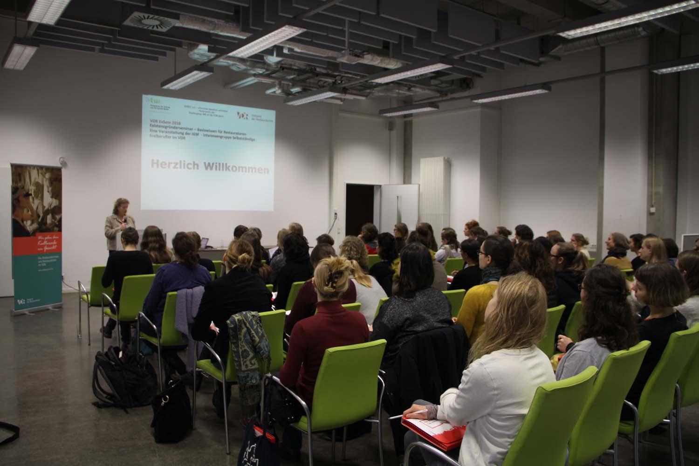 Eindrücke vom Seminar, Begrüßung durch Caroline Weiss.