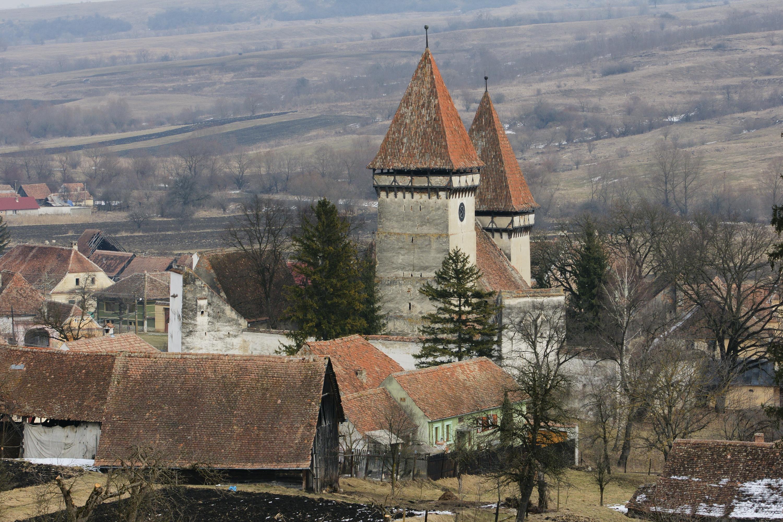 Die Kirchenburg in Schönberg / Dealu Frumos ist eine romanische dreischiffige Basilika aus dem 13. Jh., die durch Befestigungsanlagen um 1500 stark überformt wurde. (Foto: Stefan Jammer)