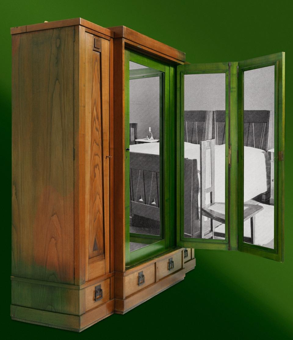 Abb. 2: Der Wäscheschrank zeigt innen die erhaltene grüne Farbigkeit, die es auch auf das Cover des Ausstellungskatalogs und auf das Ausstellungsplakat schaffte. Foto: Germanisches Museum Nürnberg