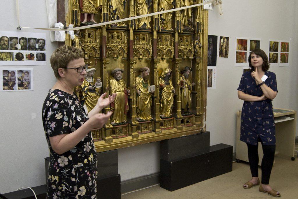 Dr. Gabriele Schwartz (li) und Dipl.-Rest. Eliza Reichel erläutern die praktischen Maßnahmen an der Goldenen Tafel (Foto: T. Simon)