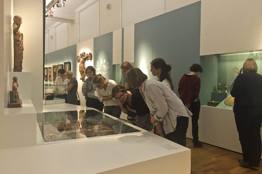 """Die Teilnehmer beim Rundgang durch die Ausstellung """"Schatzhüterin 200 Jahre Klosterkammer Hannover"""" (Foto: T. Simon)"""
