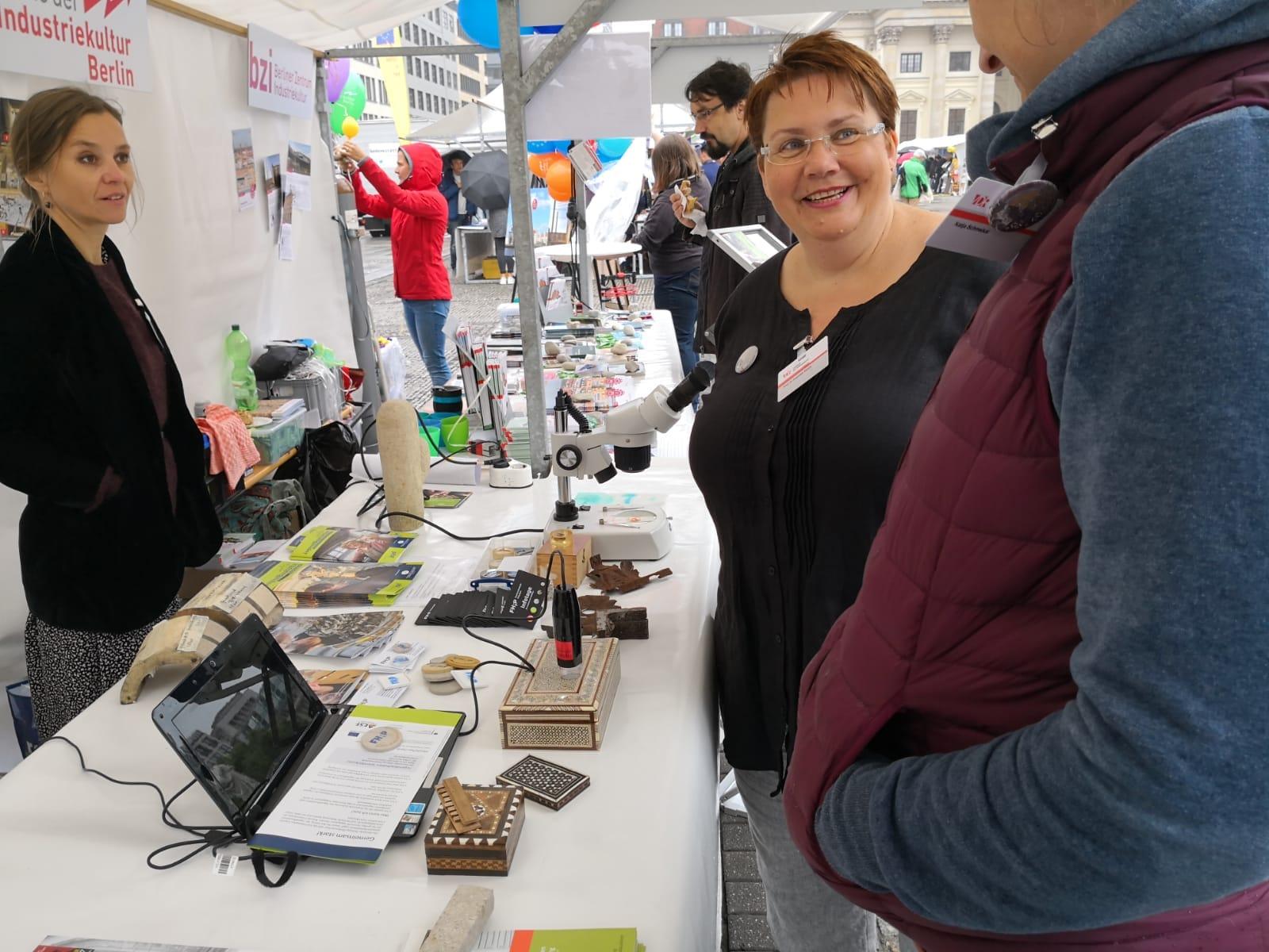 v.li.n.re.: Prof. Dr. Alexandra Jeberien (HTW Berlin), Prof. Dr. Angelika Rauch (FH Potsdam) und Katja Schmeikal (FH Potsdam) am Marktstand. Foto: LG BB.