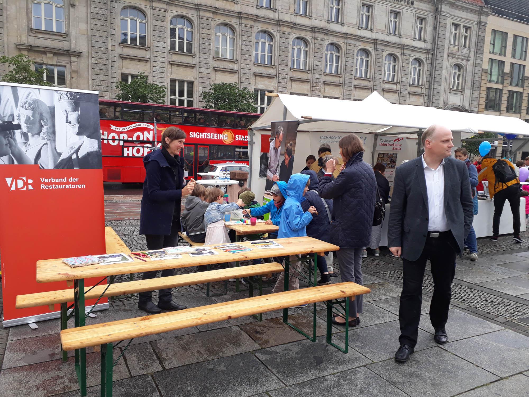 Restauratoren der VDR-Landesgruppe Berlin/Brandenburg, der FH Postdam und HTW Berlin auf dem Gendarmenmarkt in Berlin. Foto: Johanna Thierse.