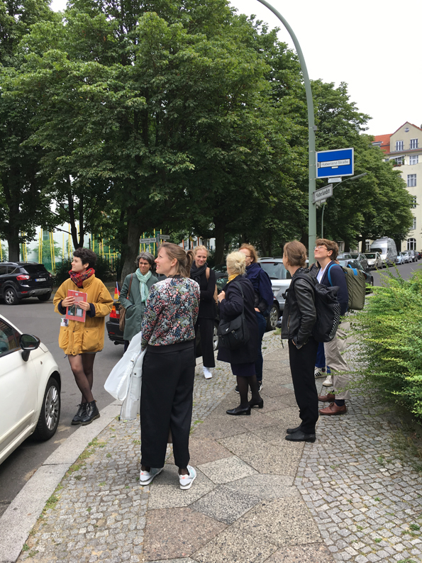 3. Lektüretreffen der Fachgruppe MZK, VDR, am 23.06.2018 in Berlin. Die Fachgruppe MZK mit dem Künstlerduo Stih und Schnock vor eine ihrer Tafeln in der Haberlandstraße, Bayerisches Viertel. Foto: Frieder Schnock.