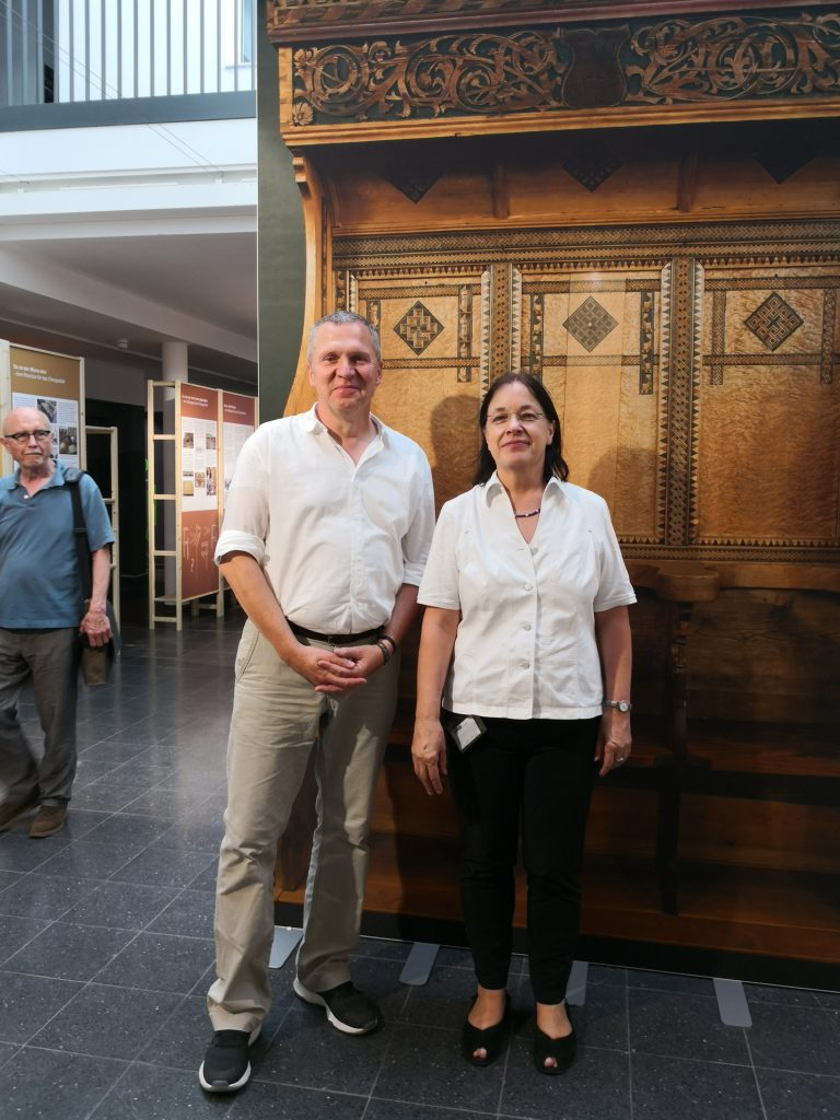Prof. Dr. Gerdi Maierbacher-Legl und Dr. Ralf Buchholz von der HAWK haben Beachtliches geleistet. 8 Jahre managten sie die Erhaltung des Tobsdorfer Chorgestühls, dessen einer Teil im Hintergrund als Fotowand zu sehen ist. (Foto: VDR/Prof. Dr. Angelika Rauch)