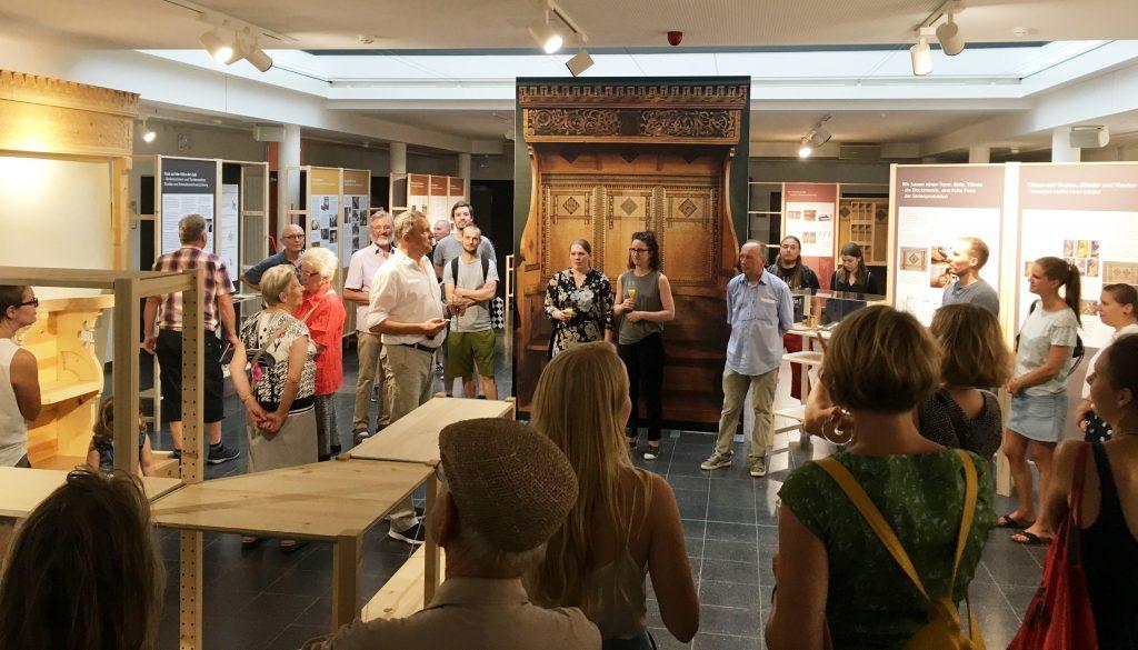 Dr. Ralf Buchholz eröffnet die Ausstellung zum Tobsdorfer Chorgestühl vor zahlreichen interessierten Besuchern. (Foto: VDR Wolfram Bangen)