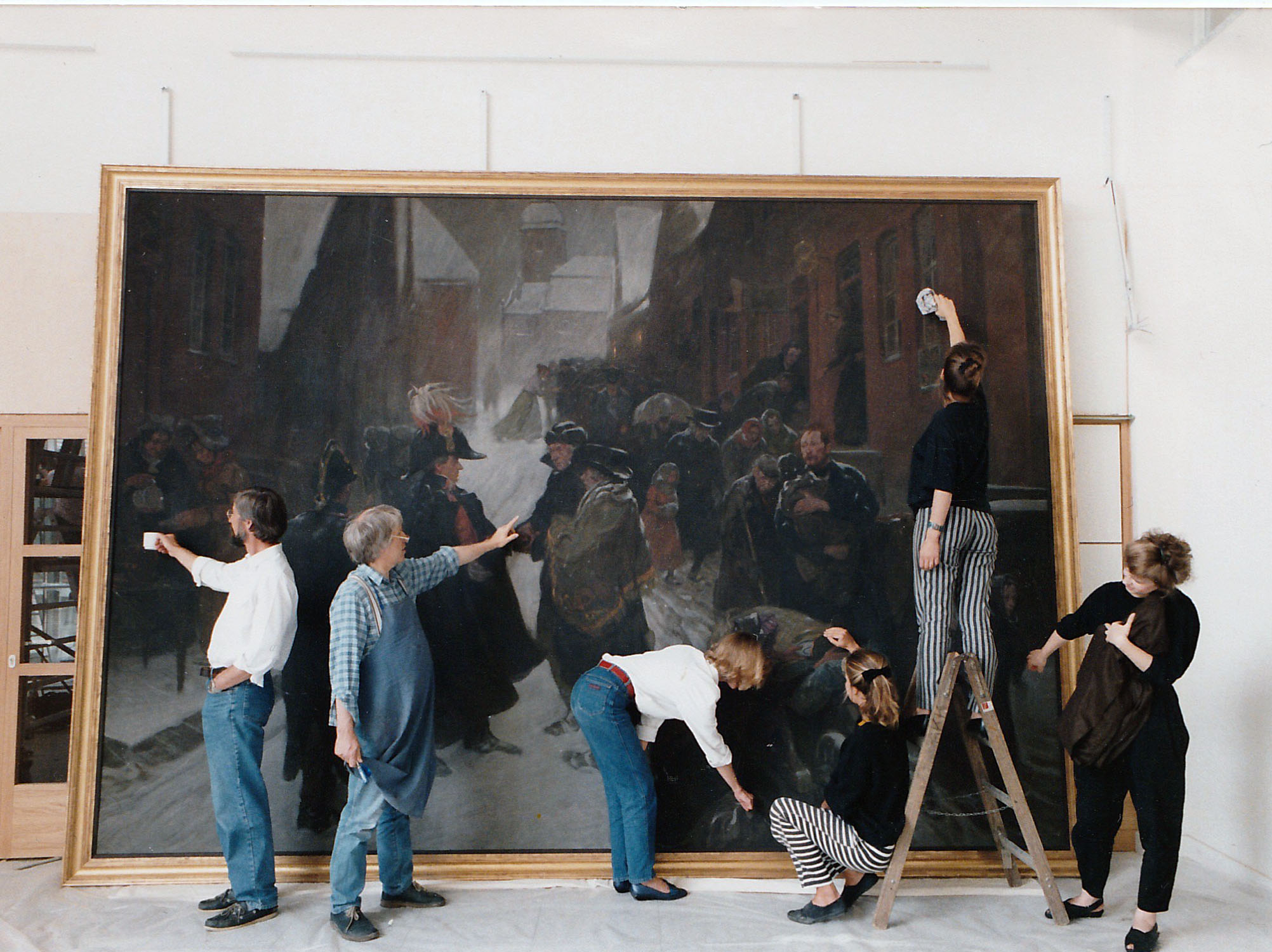 """Bevor das Gemälde von Ludwig Dettmann nach der Restaurierung im Altonaer Museum wieder gehängt wurde, """"mischten"""" sich alle Beteiligten unter der Regie von Hannes Maubach in die dargestellte Szene """"ein"""" (Juni 1988). Foto: Annette Stams-Schmitt"""