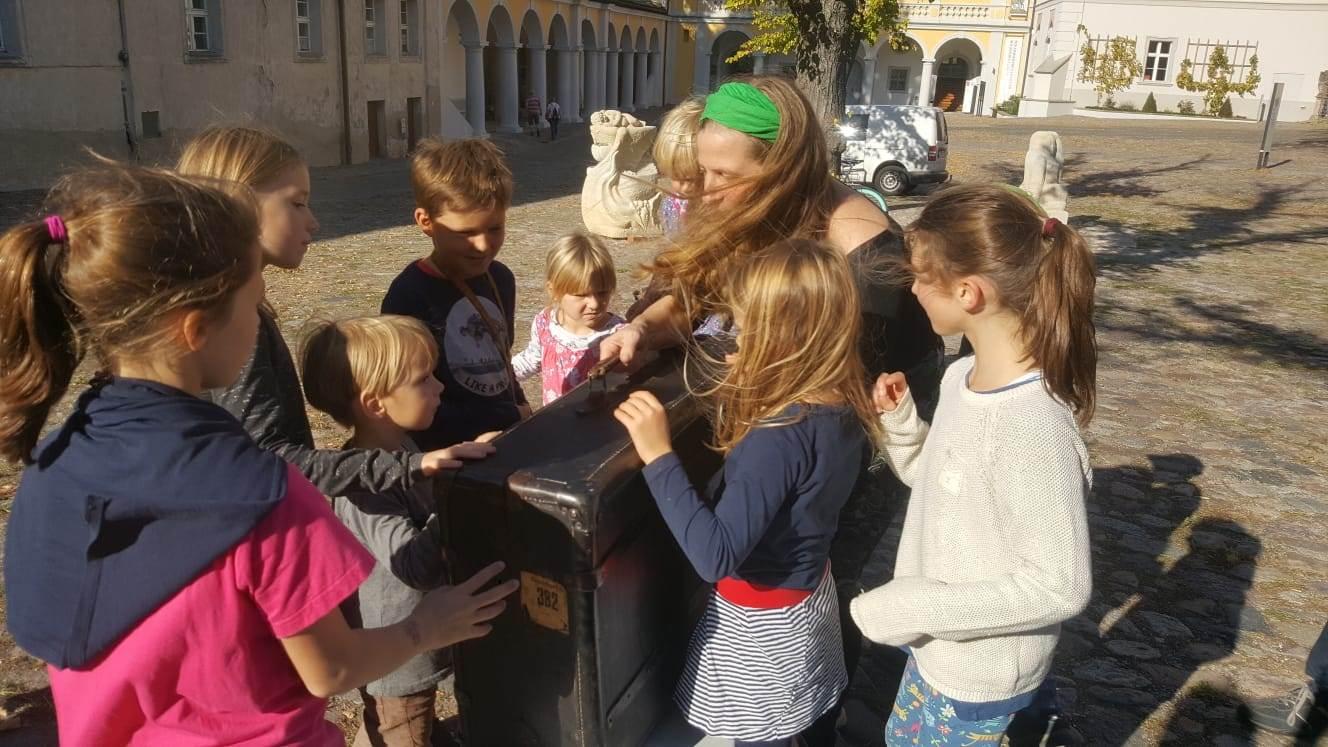 In Neuzelle führte ein Museumskoffer Kinder heran an die üblichen Funktionen eines Museums: Sammeln, Bewahren, Dokumentierenen,... Foto: Dorothee Schmidt-Breitung