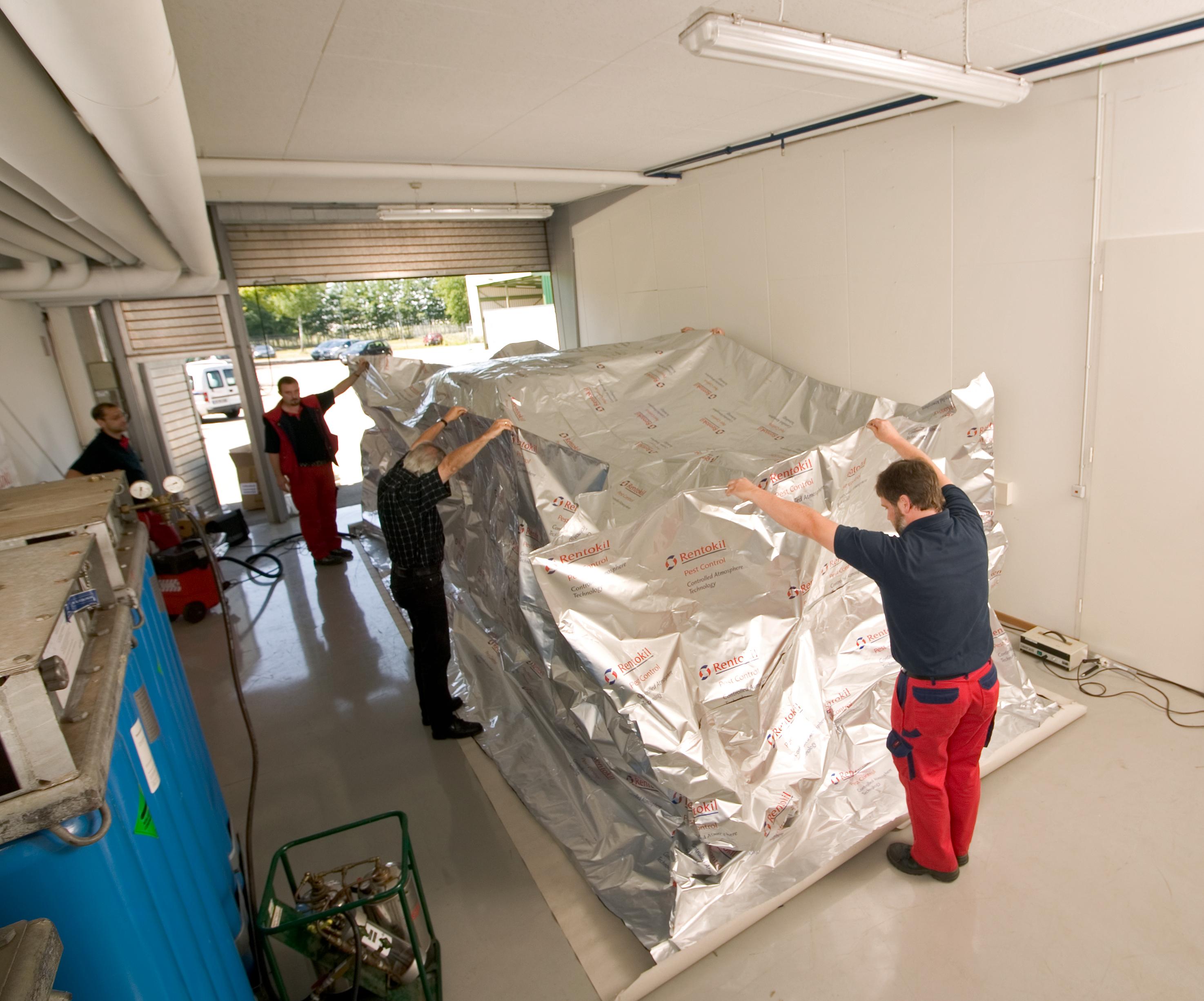 Die Firma Rentokil hat eine Biozid-Zulassung für den Einsatz von Stickstoff zur Bekämpfung diverser Schädlinge an Kulturgut. Danach werden nach erfolgter Schädlingsbestimmung und Analyse der Befallssituation durch Schädlingsexperten die befallenen Wertgegenstände in einen luftdicht verschlossenen Spezialfolienballon eingebracht. (Foto: Rentokil)