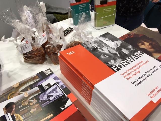 Viele Informationen, neue Publikationen und eine Überraschung zum Mitnehmen gab es am Messestand. Foto: Patricia Brozio