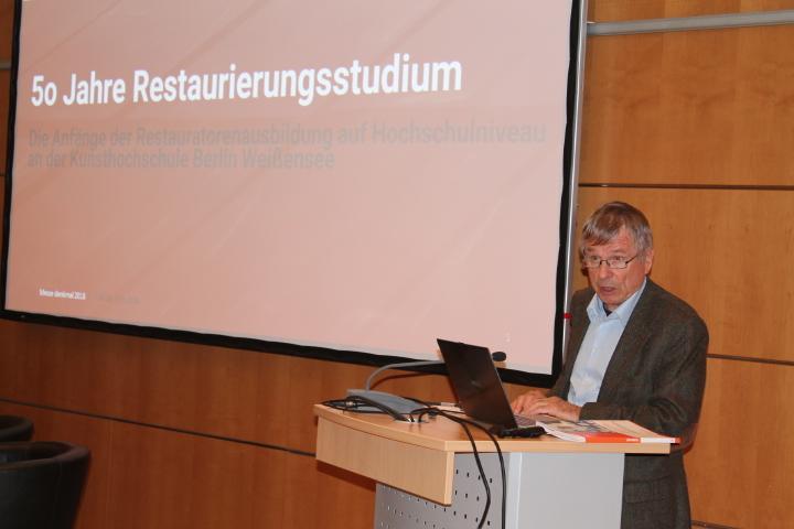 Vor 50 Jahren nahm das Restaurierungsstudium als Vollzeitausbildung in Berlin Weißensee seinen Anfang. Davon berichtete der Gründungslehrende Prof. Dr. Ingo Sandner. Foto: Christiane Schillig