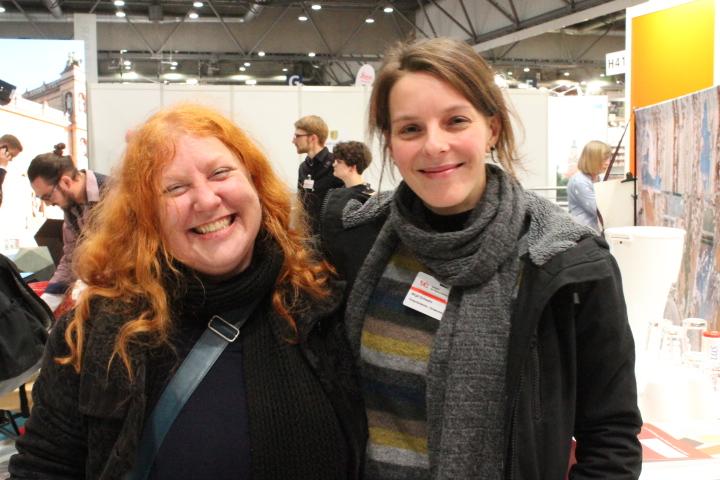 Anja Romanowski, E.C.C.O.-Delegierte des VDR, und Birgit Schwahn, VDR-Vizepräsidentin und Schatzmeisterin, am Messestand der Restauratoren. Foto: Christiane Schillig