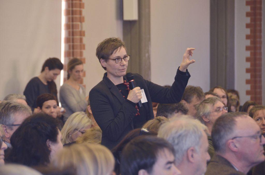 Birte Graue stellt eine Publikumsfrage nach Fachvortrag. Foto: HAWK
