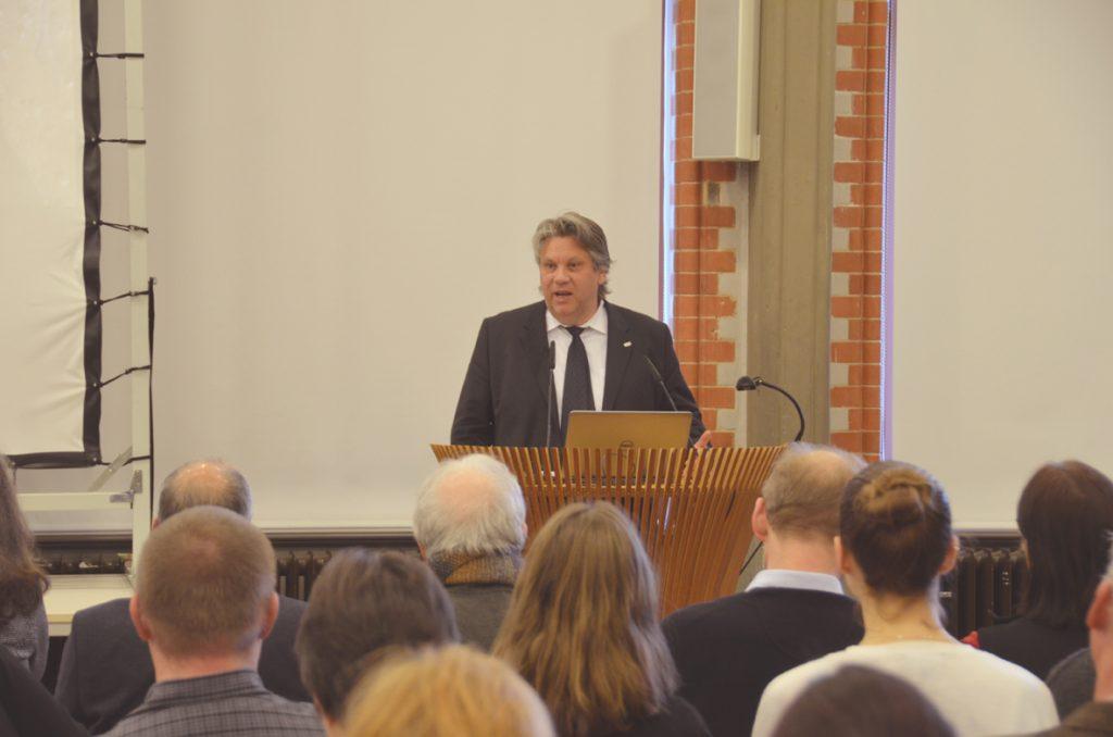 HAWK-Präsident Dr. Marc Hudy hat zum 20. Geburtstag des Hornemann Instituts gratuliert und die Tagungsgäste begrüßt.