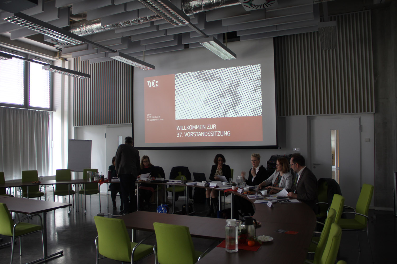 Das VDR-Präsidium mit der Geschäftsführerin und den Referenten für Öffentlichkeitsarbeit und Berufspolitik vor der Sitzung. Foto: Tatjana Held.