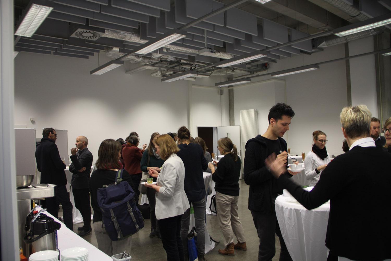 In den Pausen wurden die zahlreichen Themen weiterdiskutiert und Ideen entwickelt. Foto: Tatjana Held