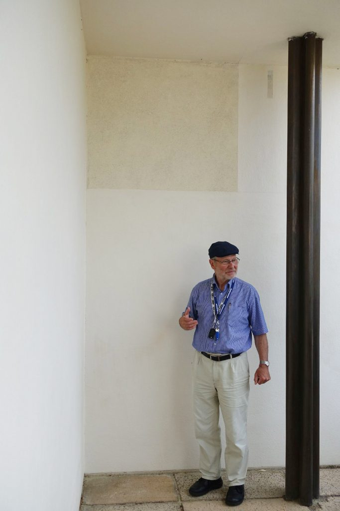 Bild: Auf der Terrasse des Hauses Tugendhat in Brünn legte Ivo Hammer mit seinem Team an der Wand eine kleine Pilotfläche frei. Hier ist die originale Fassadenoberfläche zu sehen (Foto: Sven Taubert)
