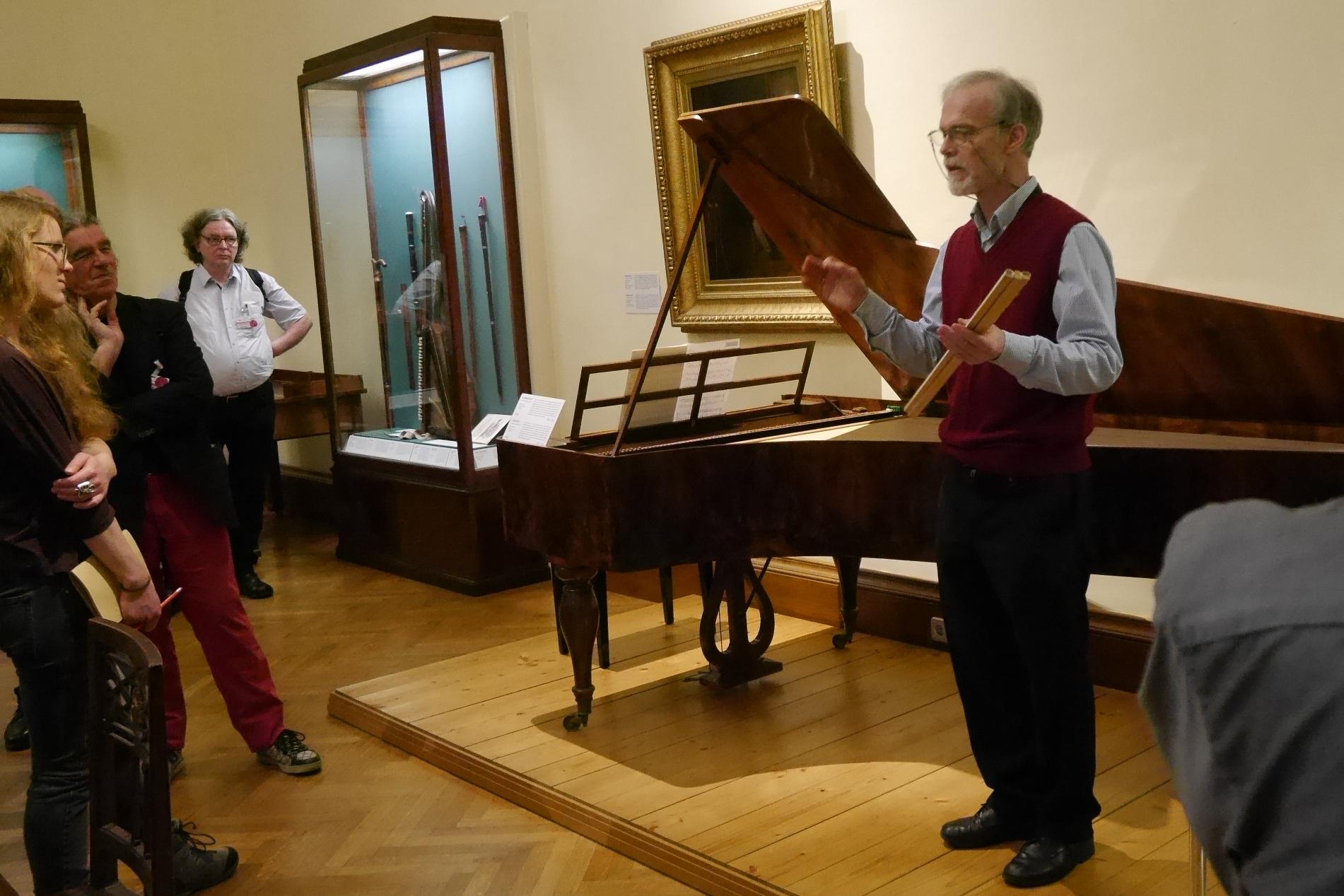 Alfons Huber führt durch die Sammlung alter Musikinstrumente des Kunsthistorischen Museums Wien (Foto: Susanne Wittmayer)