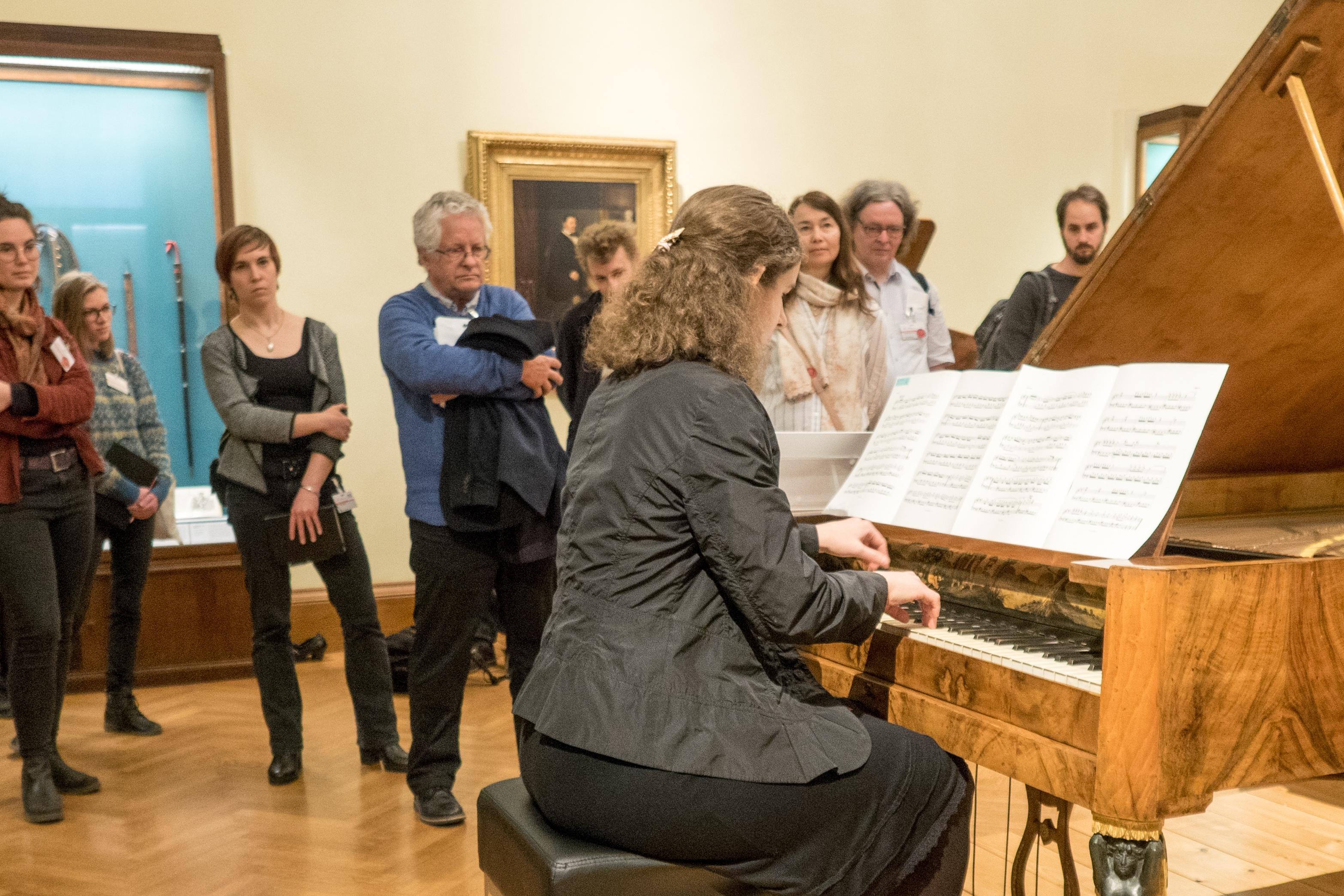 Treffen der Fachgruppe Musikinstrumente in Wien. Martin Vogelsanger referierte über seine Diplomarbeit an der HdK Bern, den Hammerflügel von Franz Dorn, Wien ca. 1815, hier musikalisch vorgestellt durch die Pianistin Ines Schüttengruber (Foto: Markus Brosig)