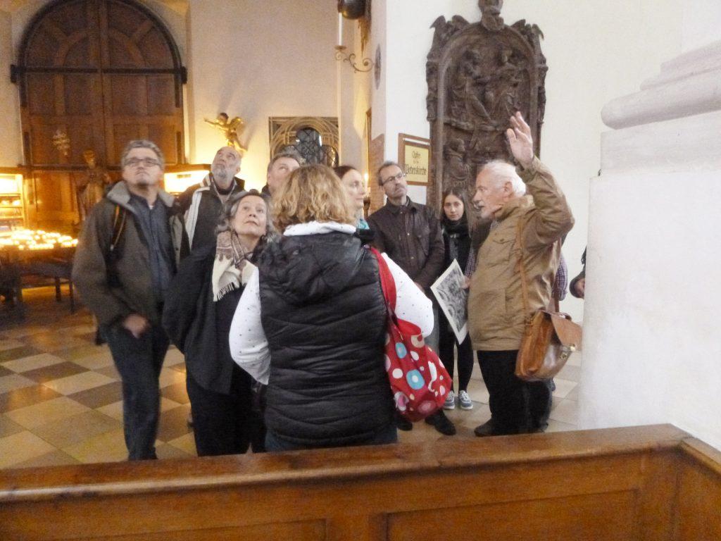 Hermenegild Peiker erläutert die Rekonstruktion der Deckenfresken in St. Peter in München. (Foto: Julia Brandt)