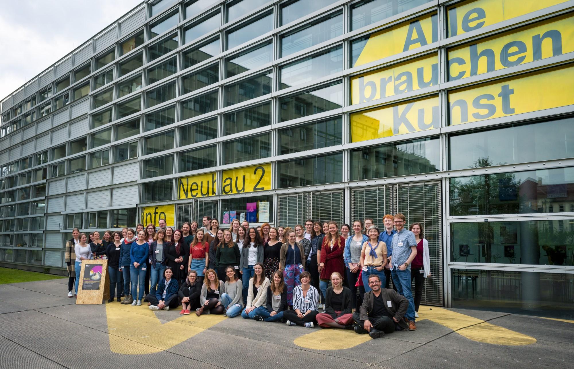 Gruppenfoto vor dem Neubau II der ABK Stuttgart (Foto: Dennis Mitschke, 2019)