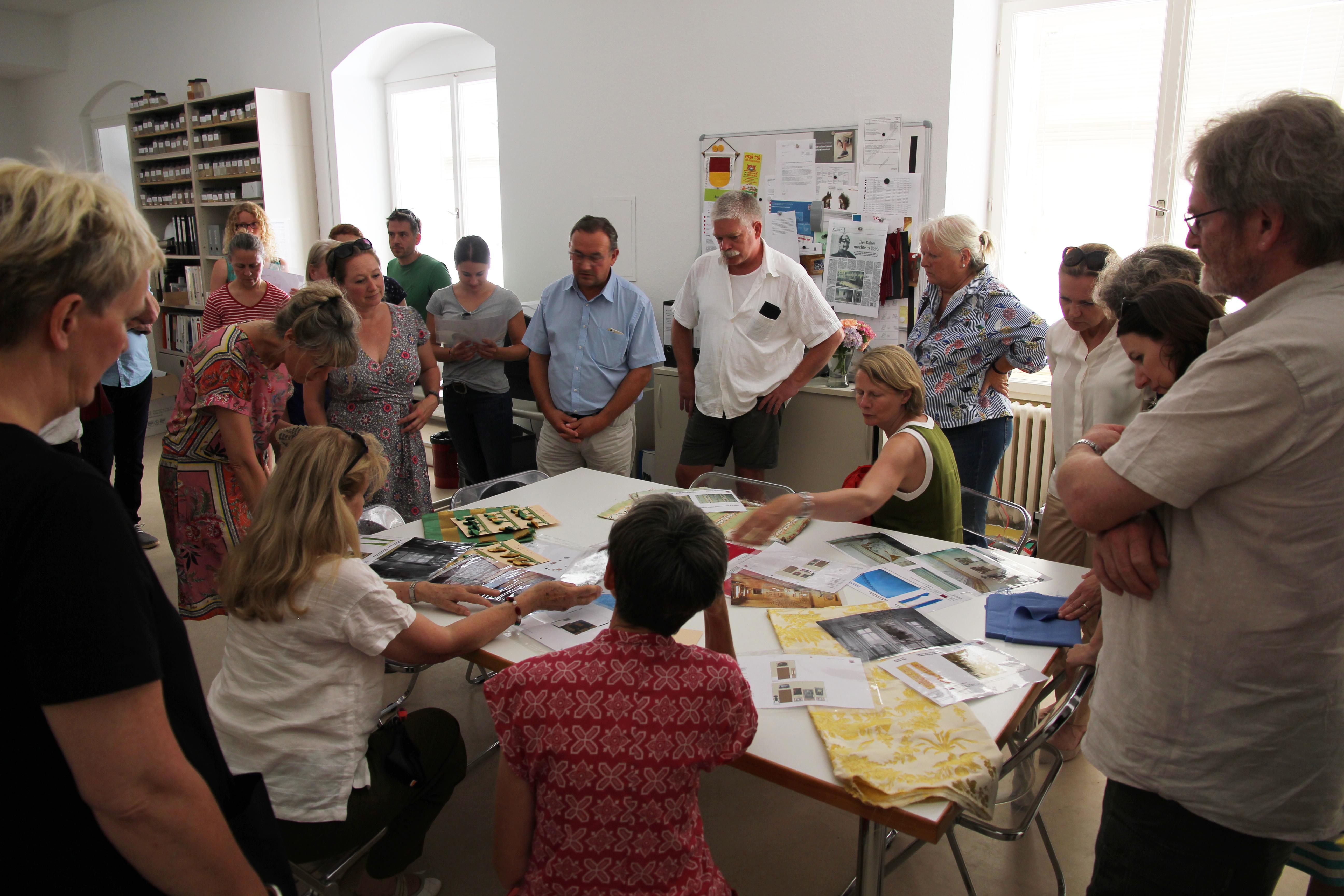 Ulrich Haroska, Leiter des Fachgebiets Restaurierung, erläutert die Arbeiten zur Wiedereinrichtung des Königsflügels. (Foto: VSG)