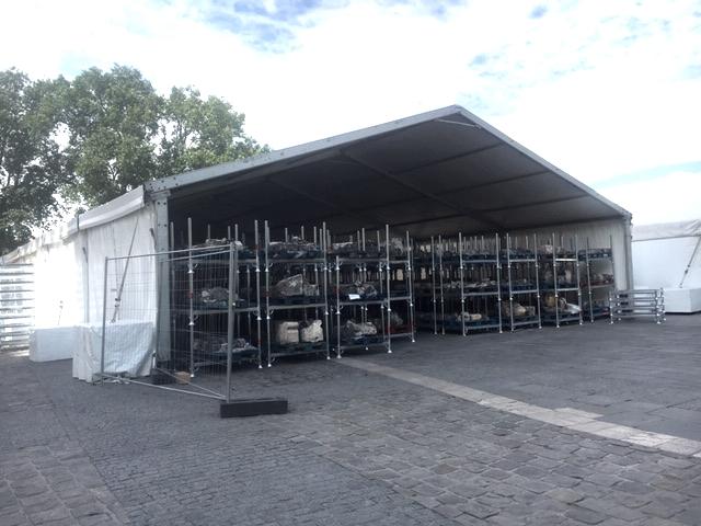 Das Zelt auf den Vorplatz mit den geborgenen Steinen und Balken aus dem Innenraum (Foto: B. Schock-Werner)