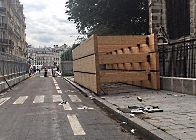 Die zur Aussteifung der Wände bestimmten Holzleimbinder in der jetzt zweigeteilten Straße (Foto: Schock-Werner)