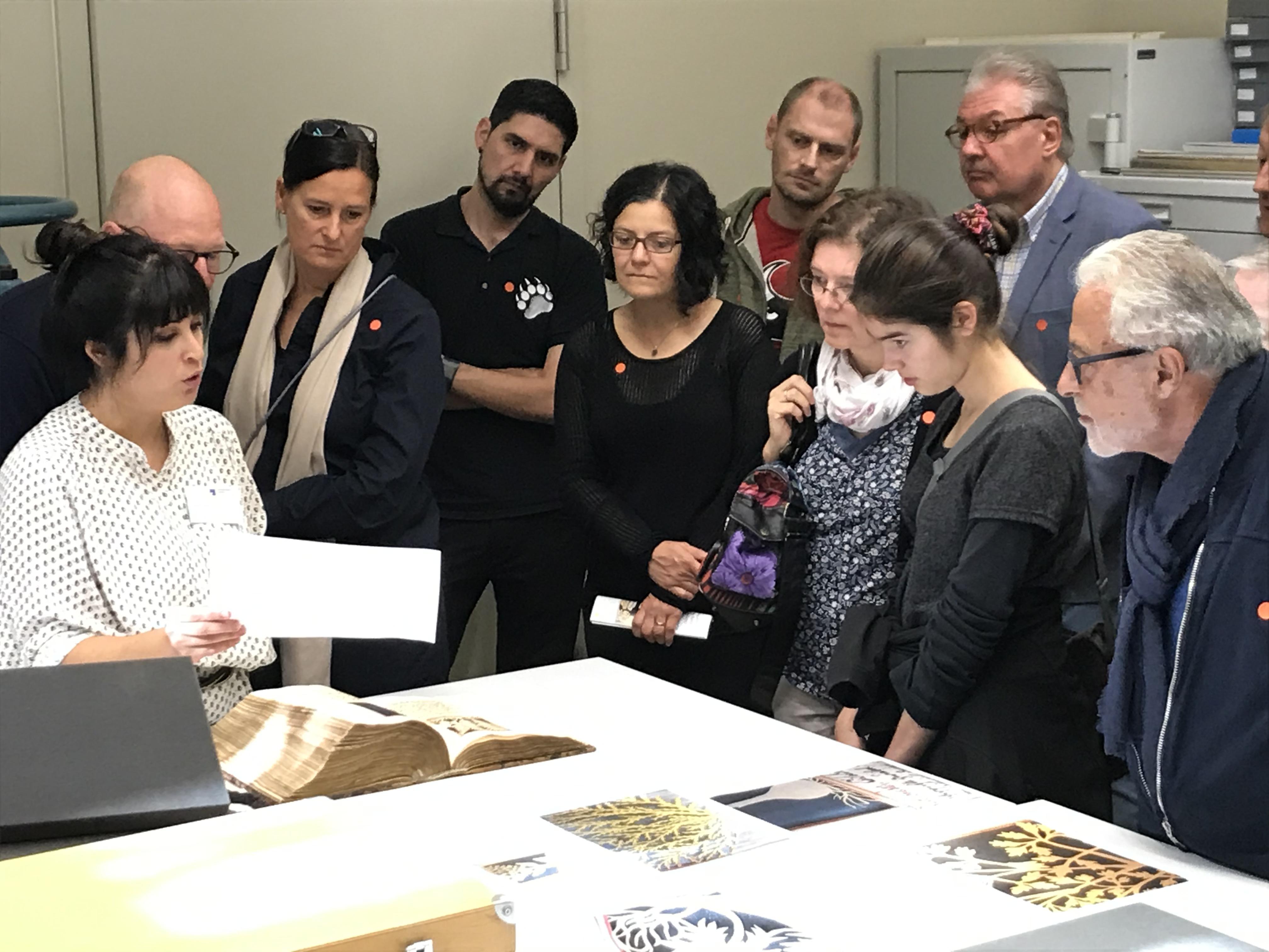 Europäischer Tag der Restaurierung 2019: Einer Besuchergruppe wird die Restaurierung einer Handschrift aus dem 17 Jh. mit zahlreichen fragilen Weißschnitten erläutert.  Foto: J. Bispinck-Roßbacher, SBB-PK