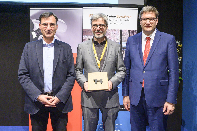 Bild: Riegel Preisverleihung, Preisträgert 2019: Verband der Restauratoren (VDR). V.l.n.r.: Dr. Bertold Schmitt, Prof. Dr. Jan Raue, Prof. Dr. Eckart Köhne. (Foto: KoelnMesse)