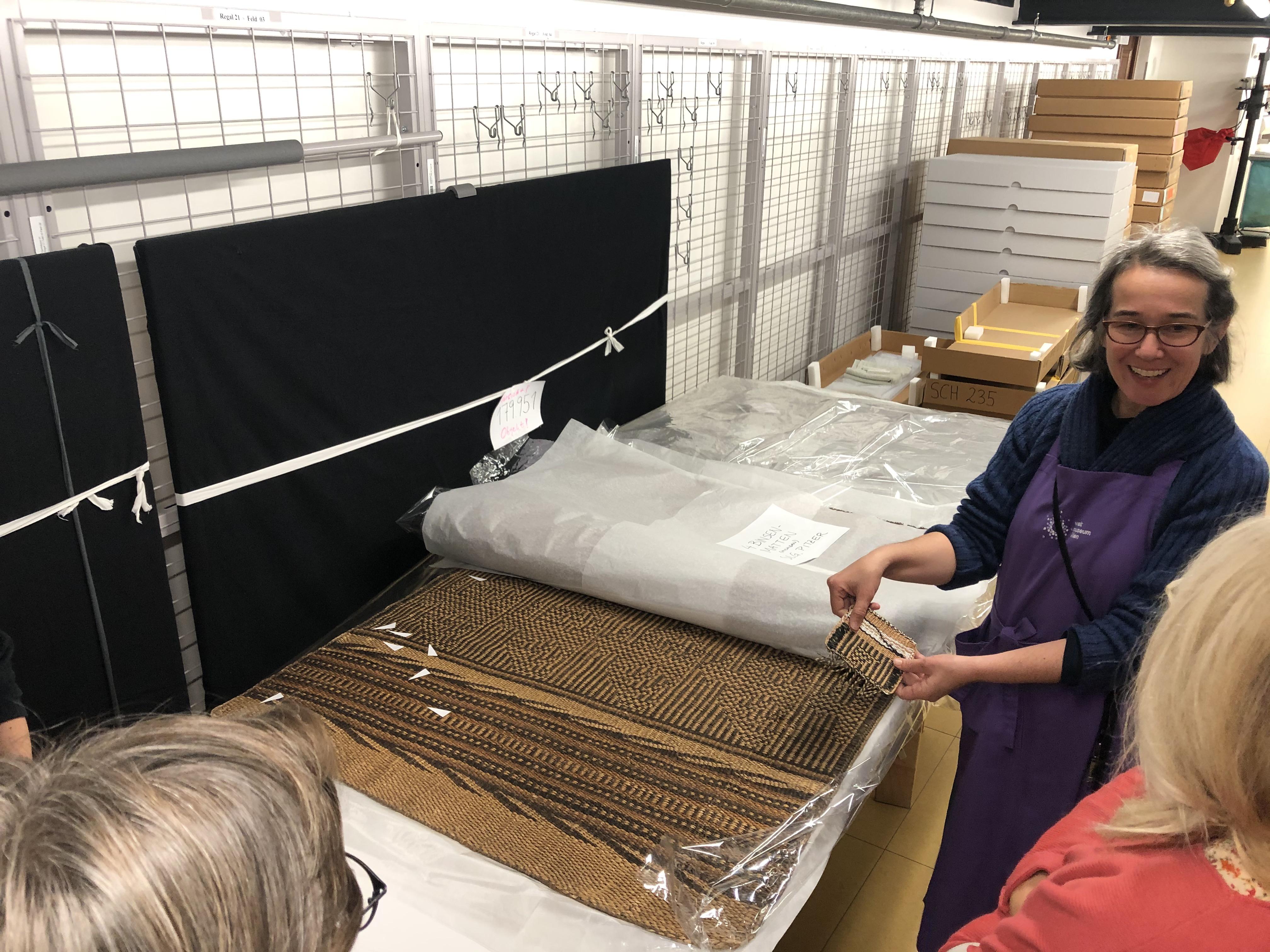 Im Depot des Weltmuseums kommen wir mit Barbara Pönighaus-Matuella über Herstellungstechniken ins Gespräch (Foto: L. Peters)