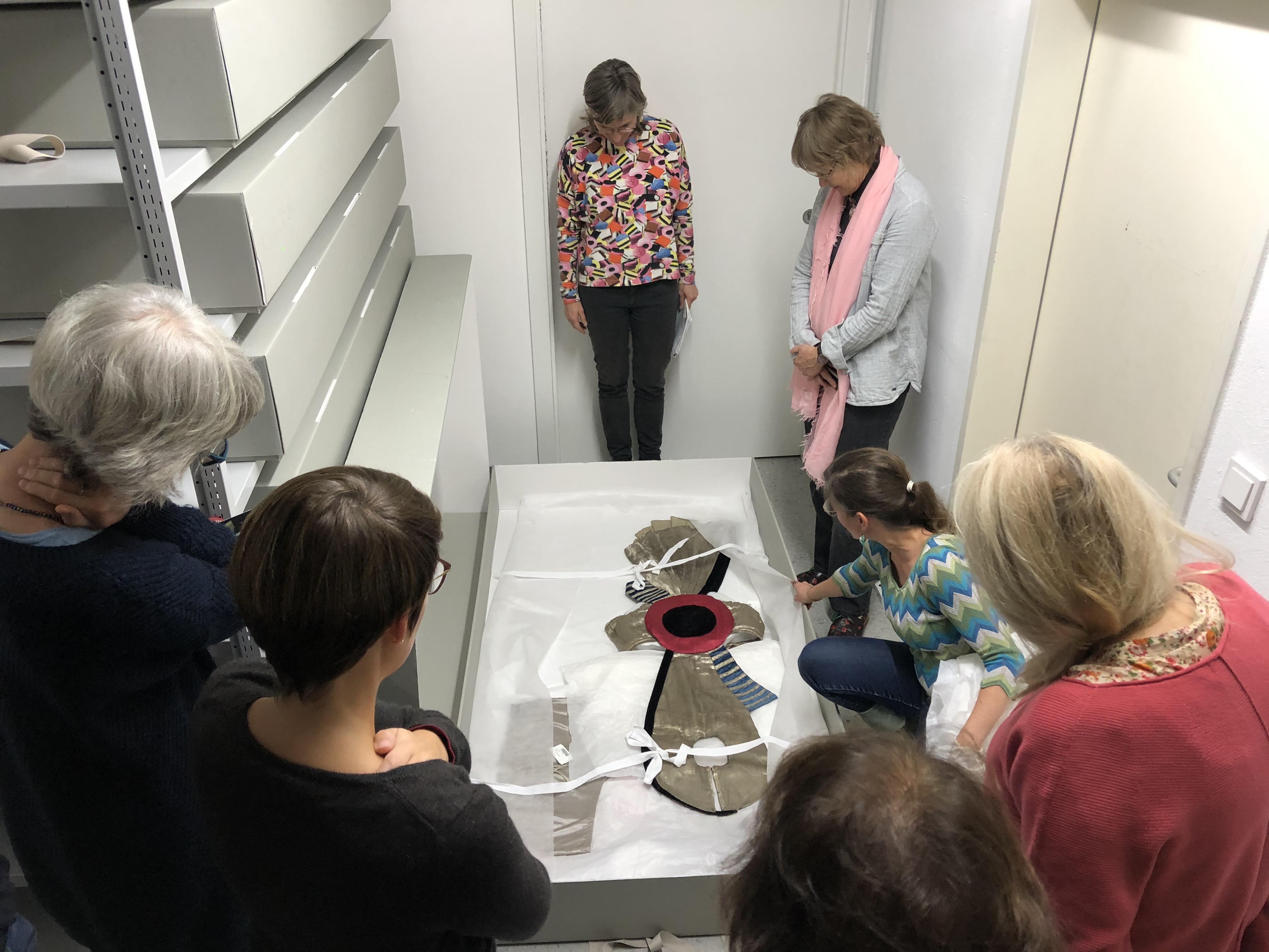 Im Theatermuseum führt uns Angela Sixt durch das Depot der Kostümsammlung. Unter vielen anderen Aspekten sind hier die Materialkombinationen restauratorisch besonders interessant. (Foto: L. Peters)