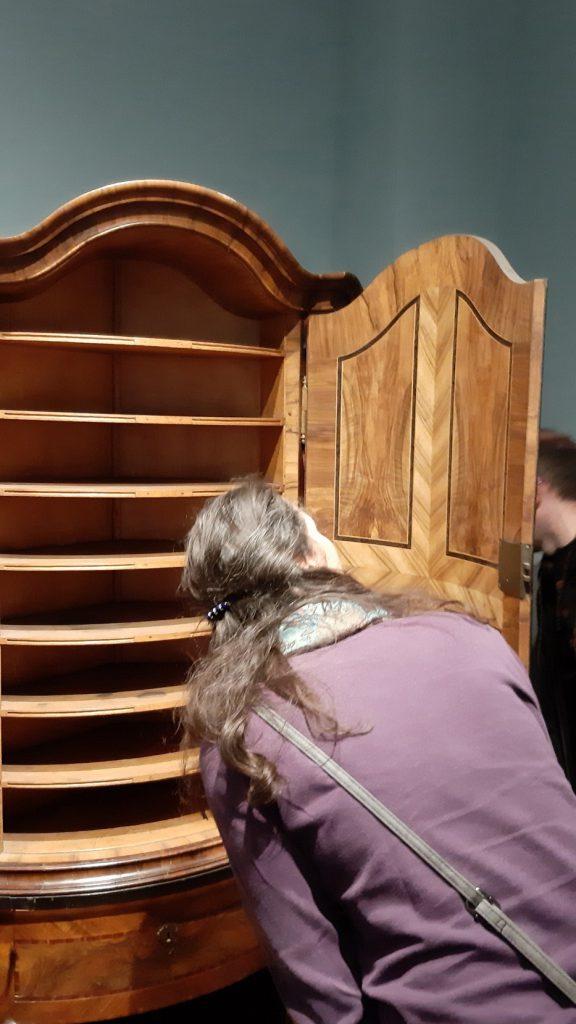 Bild 2: Daniela Bruder schaut sich das Innenleben eines Münzschranks an Foto: Christian Huber)